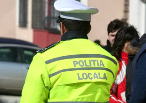 Politia la datorie: Un politist local umbla beat pe strada, altul doarme in masina de serviciu (Video)