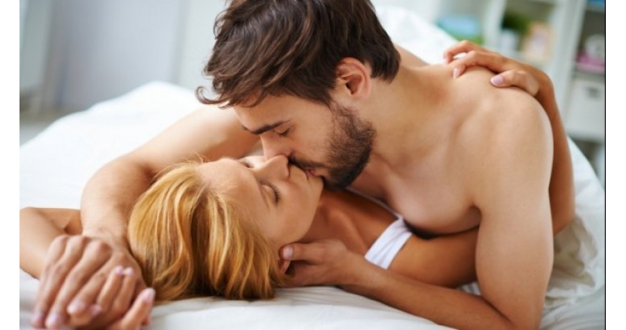 couple_love_kissing_bed_1098_277_54048300