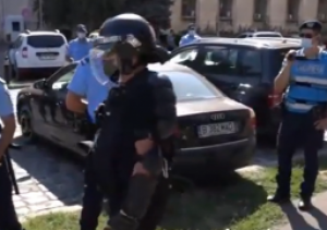 Protest în fața MAI: jandarmii, tratament total diferit față de priveghiul lui Emi Pian/ VIDEO